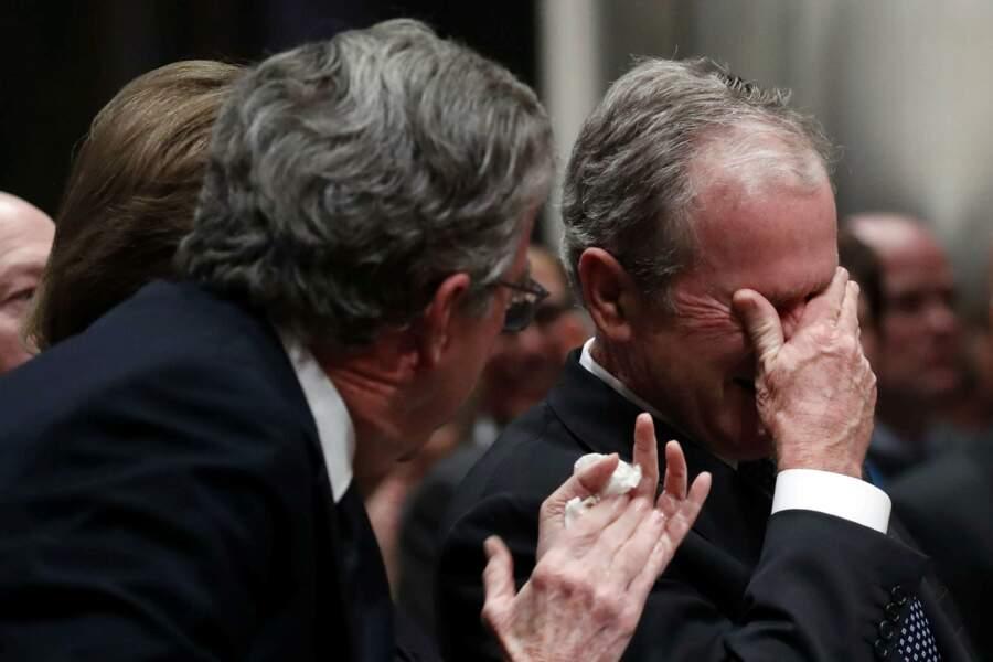 Son fils George W. Bush, très ému lors de la cérémonie