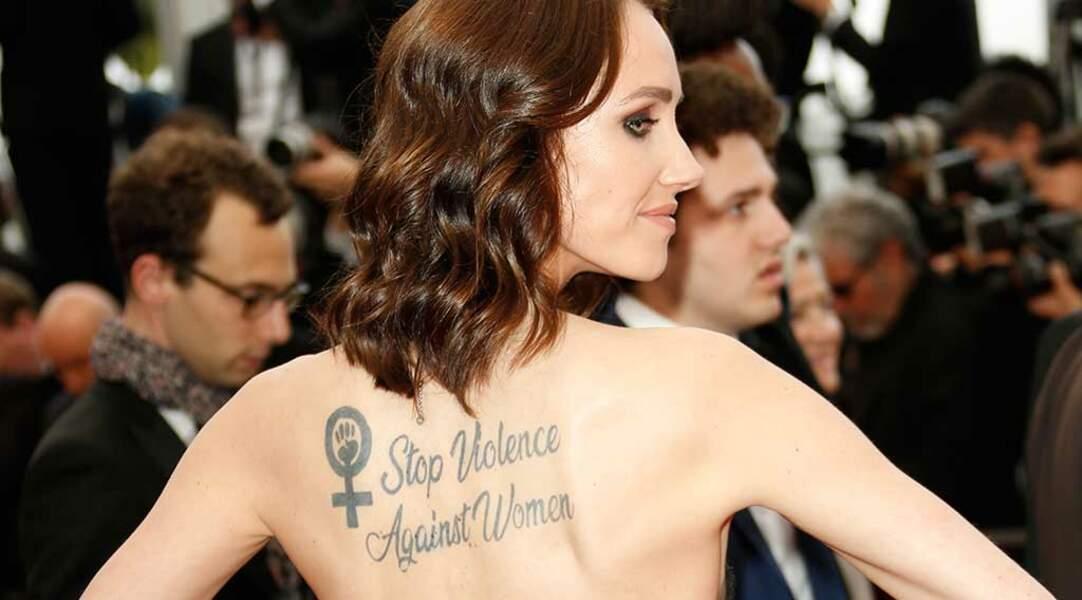 """""""Stop Violence Against Women"""" (Stop aux violences faites aux femmes), pouvait-on lire sur son dos"""