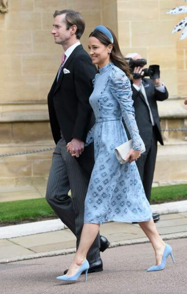 Pippa Middleton arrive tout sourire avec son mari au mariage de Tom Kingston, son ex petit ami