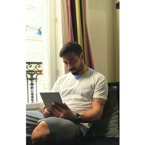 Exclu. Ezequiel Lavezzi en train de regarder le programme télé sur Télé-Loisirs.