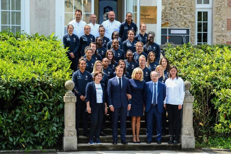 La Première dame était là également et a posé aux côtés de son mari et du staff des Bleues au grand complet