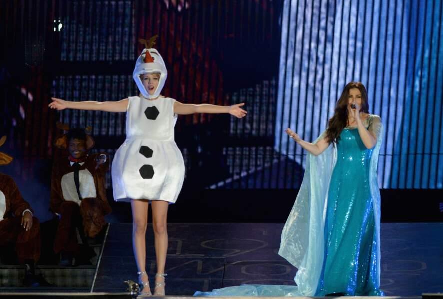 """Tout comme Taylor Swift et Izina Mendel qui ont repris """"Let it go"""" lors de son concert à Tampa. Déguisées, oui."""