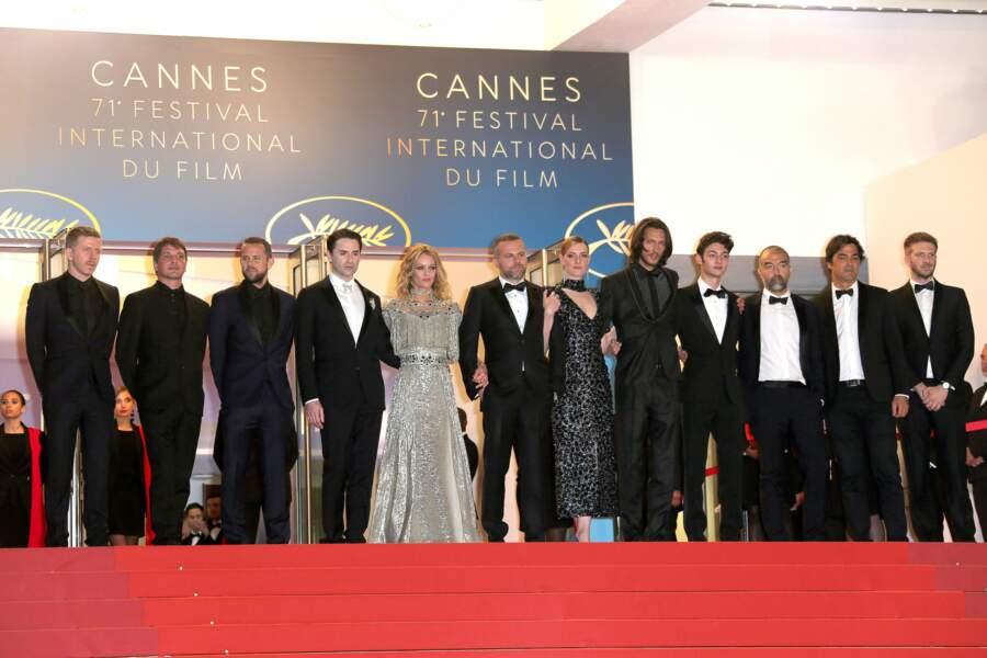 Vanessa Paradis et l'équipe d'Un couteau dans le cœur sur le tapis rouge à Cannes