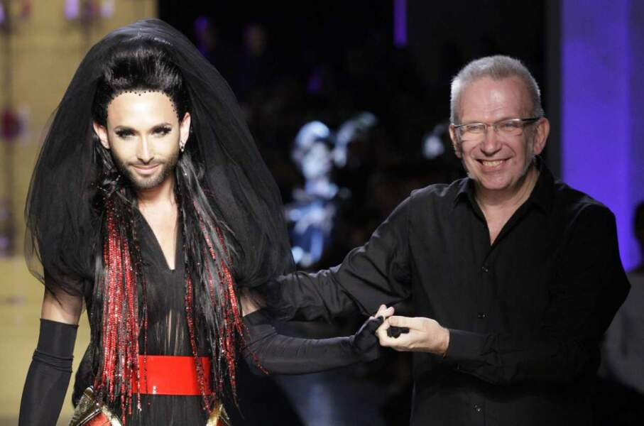 Conchita Wurst accompagnée du grand couturier