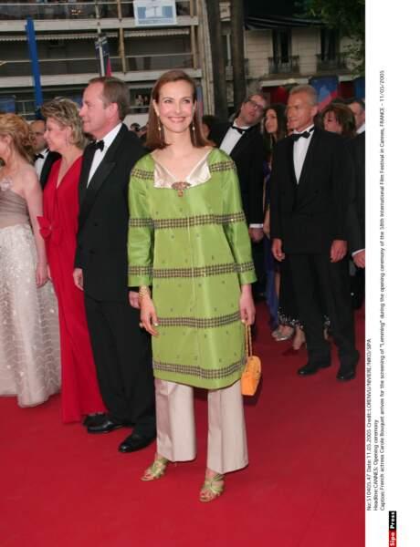 Porter une tunique ou un pantalon ? L'actrice Carole Bouquet n'a pas voulu choisir. (2005)