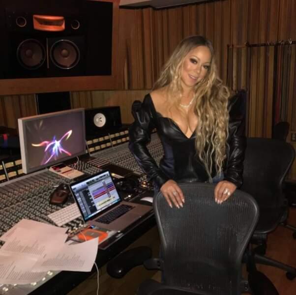 Sexy : Mariah Carey enregistre ses futurs tubes en robe de cuir.