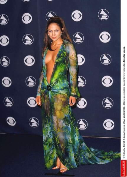 Jennifer Lopez en robe végétale transparente et au décolleté profond pour les Grammy Awards de 2000.