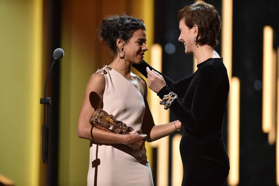Première récompense de la soirée : Carole Bouquet remet le Césardu meilleur espoir féminin à Zita Hanrot (Fatima)