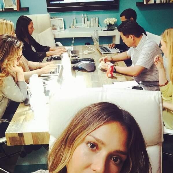 Faire des selfies en réunion, ce n'est pas très pro Jessica Alba...