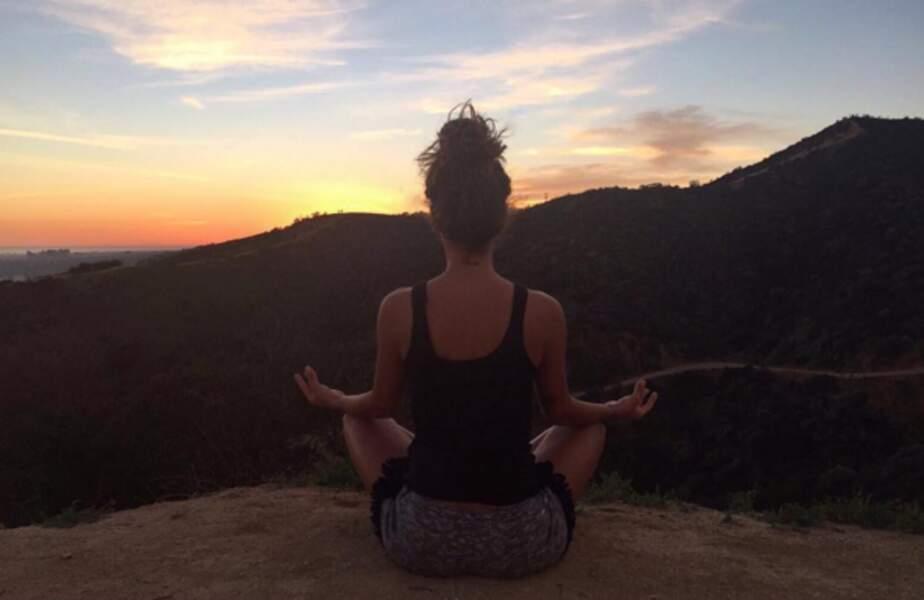Tal a choisi son spot pour faire son yoga. C'est en Californie.