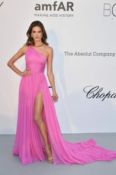 Alors ce rose flashy, c'est limite fashion faux-pas, Alessandra Ambrosio !