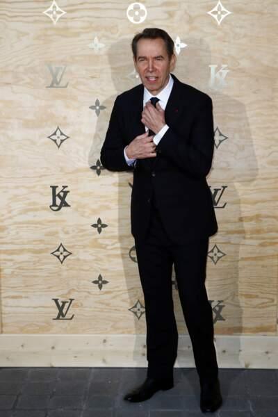 Jeff Koons, qui co-organise la soirée, très classe en costume