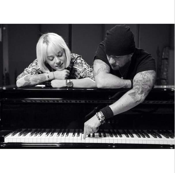Cliché romantique avec Pascal Obispo au piano...