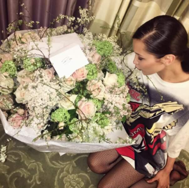 Défiler et recevoir des fleurs : la dure vie de Bella Hadid.