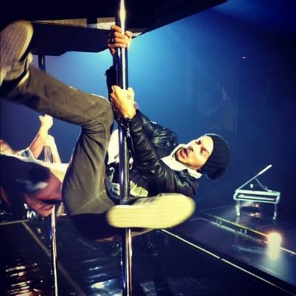Quand M Pokora s'essaie au pole dance, c'est pas franchement la classe