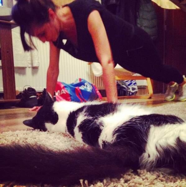 Manon se prépare pour Koh-Lanta... Le chat pas trop trop.