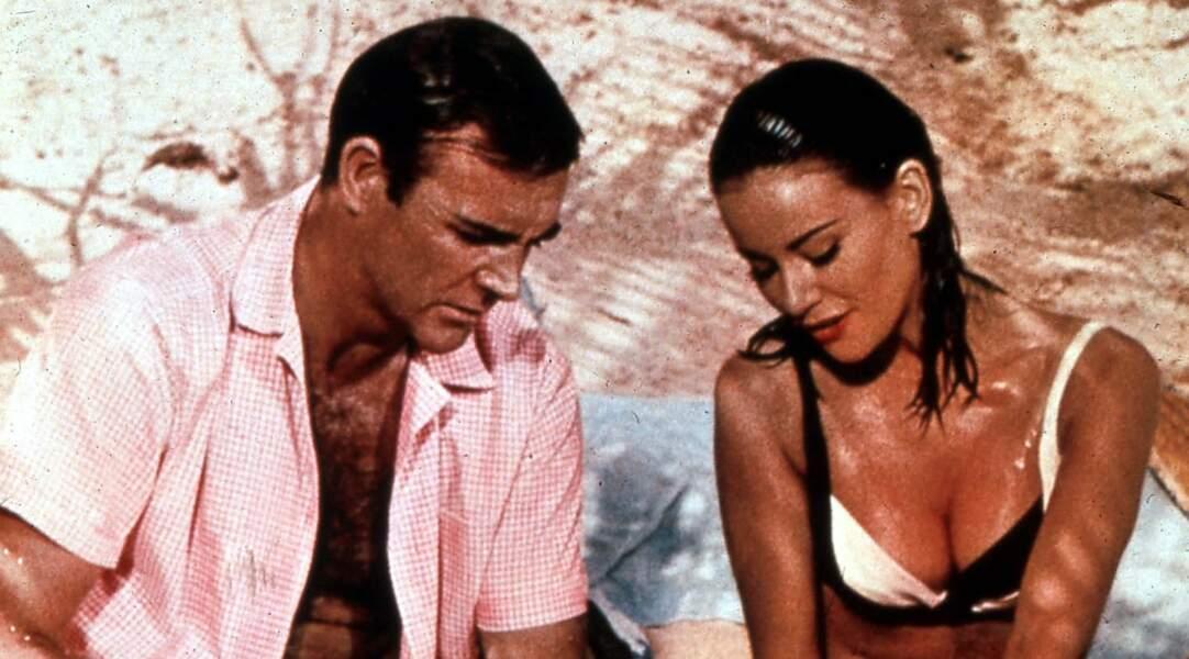 Sean Connery et Claudine Auger, la première James Bond girl française, en bikini, dans Opération tonnerre en 1965.