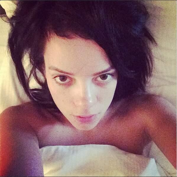 Lily Allen de bon matin... pas très réveillée