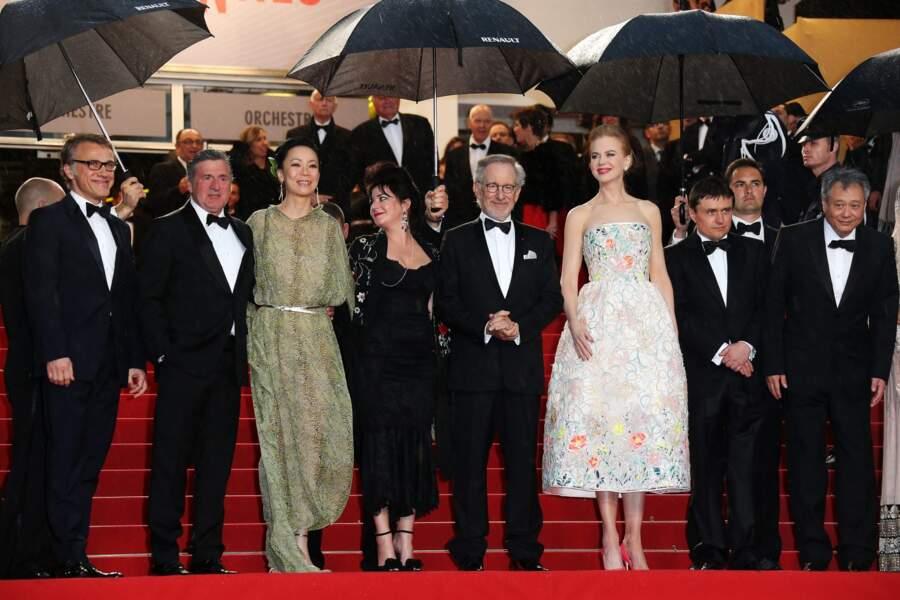 Remake des parapluies de Cherbourg pendant la montée des marches