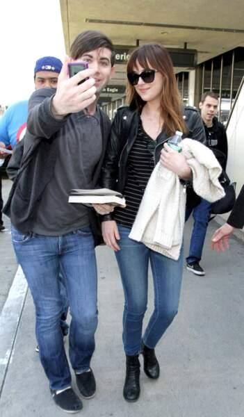 Les fans attendent souvent les stars à l'aéroport. Ici Dakota Johnson en compagnie d'un admirateur !