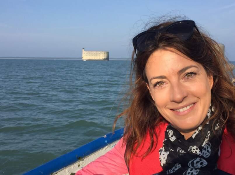 En route sur le tournage de Fort Boyard pour France 2, la chanteuse était tout sourire !