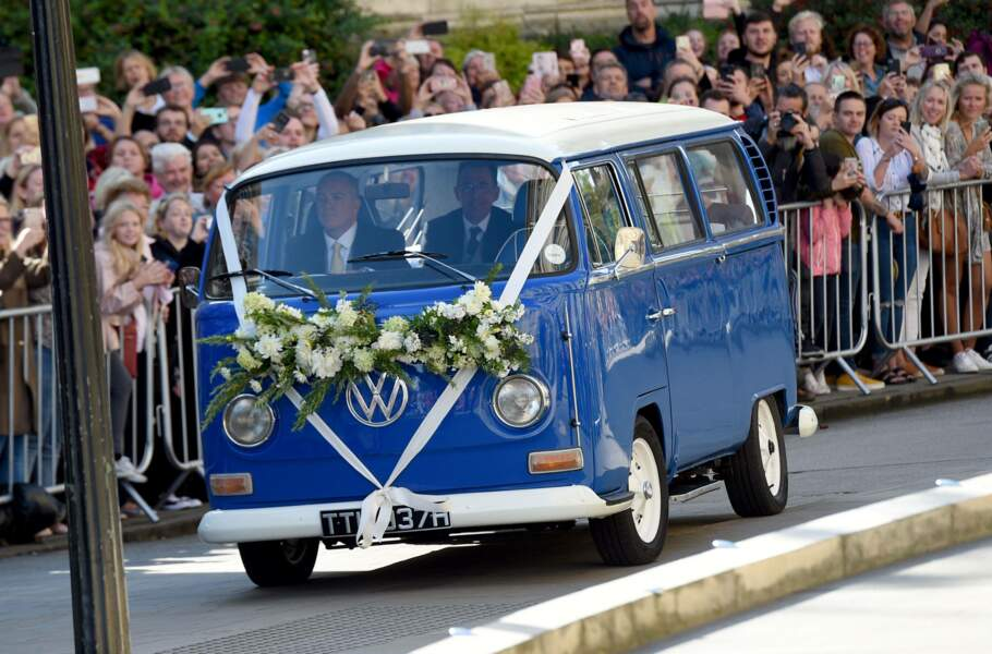 C'est dans un mini-van vintage bleu que la chanteuse et future mariée à fait son arrivée
