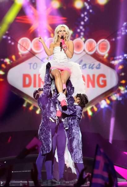 Krista, la chanteuse finlandaise : une mariée super pop ! (un peu trop)