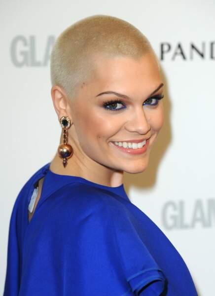 En 2013, fini le carré brun ! La chanteuse Jessie J rase tout et opte pour le blond