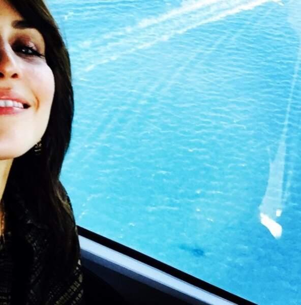 Elle fait aussi des tours en hélicoptère pour admirer la mer bleue