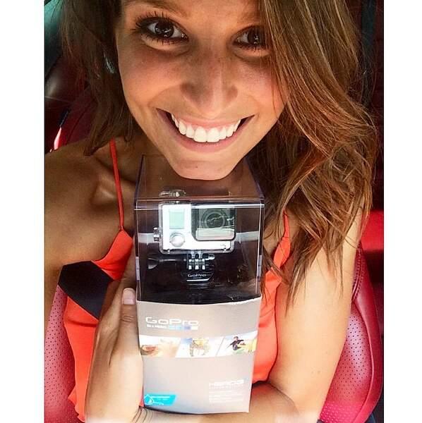 Laury Thilleman est heureuse : cette petite caméra va lui permettre d'immortaliser ses vacances !