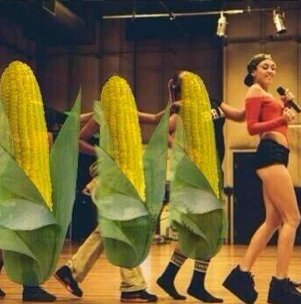 Et sinon, normal, Miley danse avec des épis de maïs ( sinon rien de neuf sous le soleil..)
