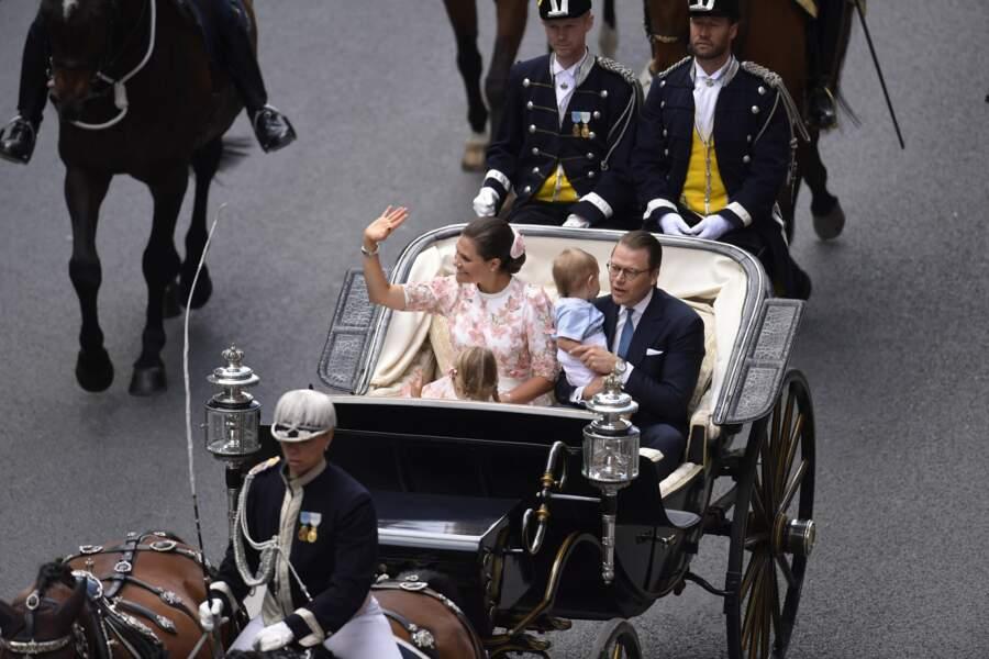 Après l'office religieux, la princesse Victoria et sa famille saluent la foule, à bord d'une calèche.