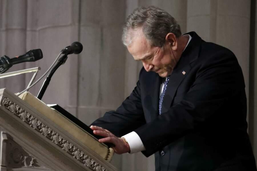 George W. Bush très touché lors de son discours d'hommage à son père