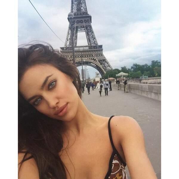 La jeune femme a fait une escale à Paris et y joue les touristes.