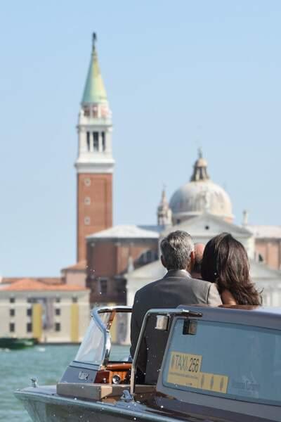 Les deux amoureux admirant la Cité des Doges depuis les canaux
