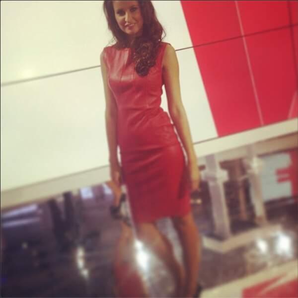 ...Ou robe sexy en cuir rouge ?