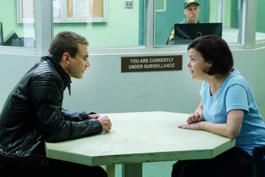 """Sherilyn Fenn (en bleu) est """"Karen"""", la maman emprisonnée de l'officier """"Jim Street"""" joué par Alex Russell"""