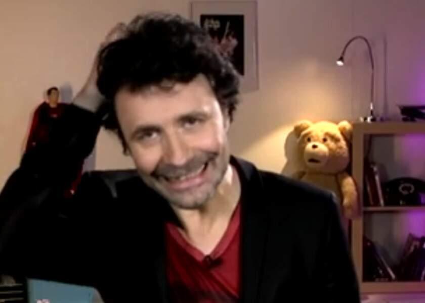 Christophe singe le rasage de tête de Charlize Theron dans Mad Max sous le regard inquiet de Ted