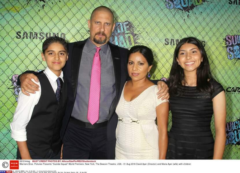 Le réalisateur David Ayer, sa cravate rose et sa petite famille