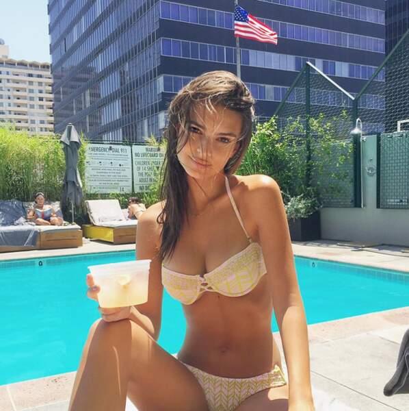Ca tente quelqu'un un petit jus d'orange frais avec Emily au bord de la piscine ?