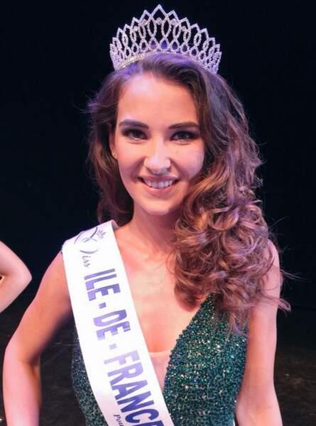 Cette jolie brune, c'est Fanny Harcaut, Miss Ile-de-France 2015