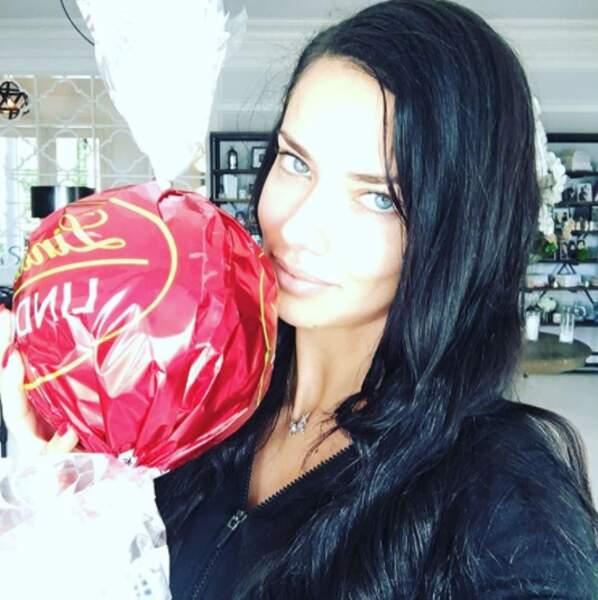 Ça pourrait presque être sexy : Adriana Lima a trouvé le plus gros chocolat du monde (au moins). ON LE VEUT.