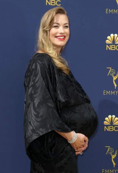 Quant à Yvonne Strahovski, de The Handmaid's Tale, elle en a profité pour afficher son énorme baby bump