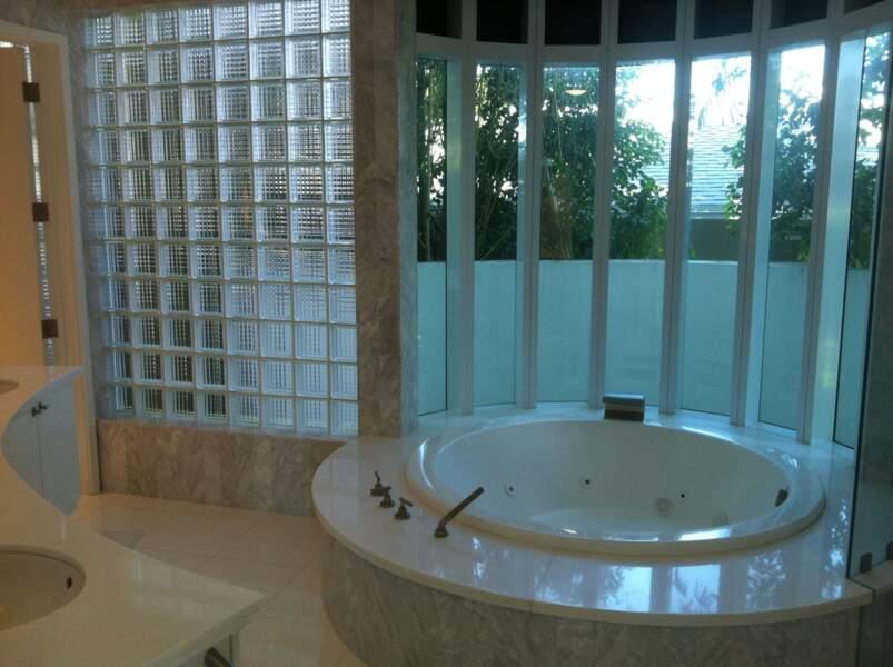 La salle de bain avec un énorme jacuzzi où certains pourront se retrouver