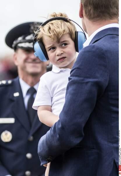 Avec un casque sur les oreilles lors d'une manifestation internationale d'aéronautique militaire