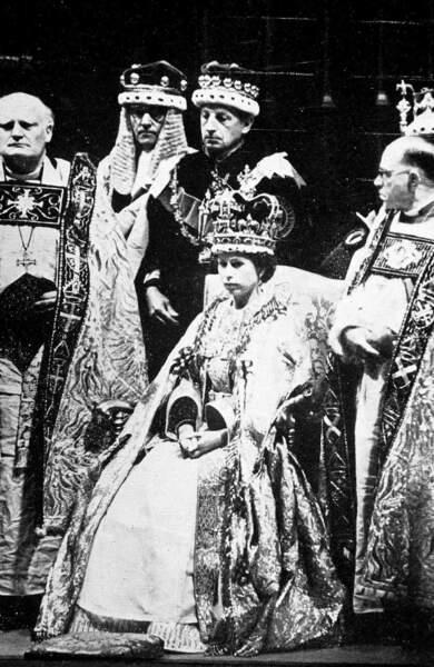 George V meurt en 1952, Elisabeth devient reine