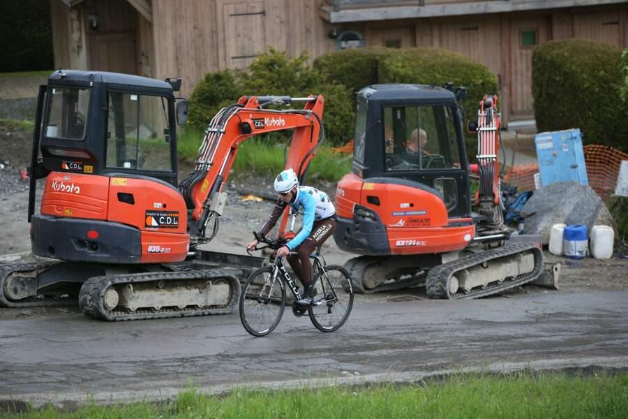 Romain Bardet fait la course avec un tracteur