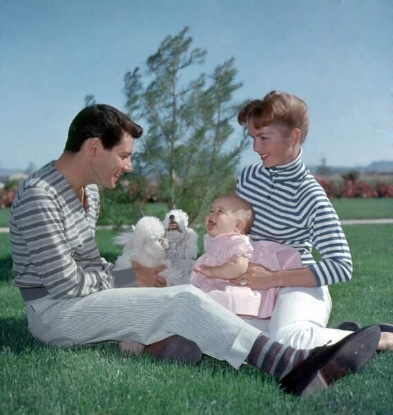 Carrie Fisher entourée de ses parents Debbie Reynolds et Eddie Fisher en 1957