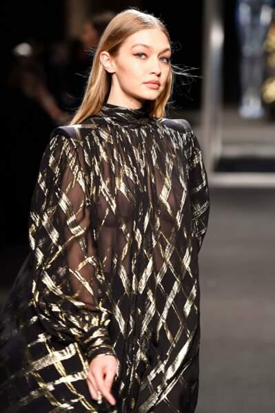 Gigi Hadid, juste ce qu'il faut de transparence pour être sexy dans la robe d'Alberta Ferretti.