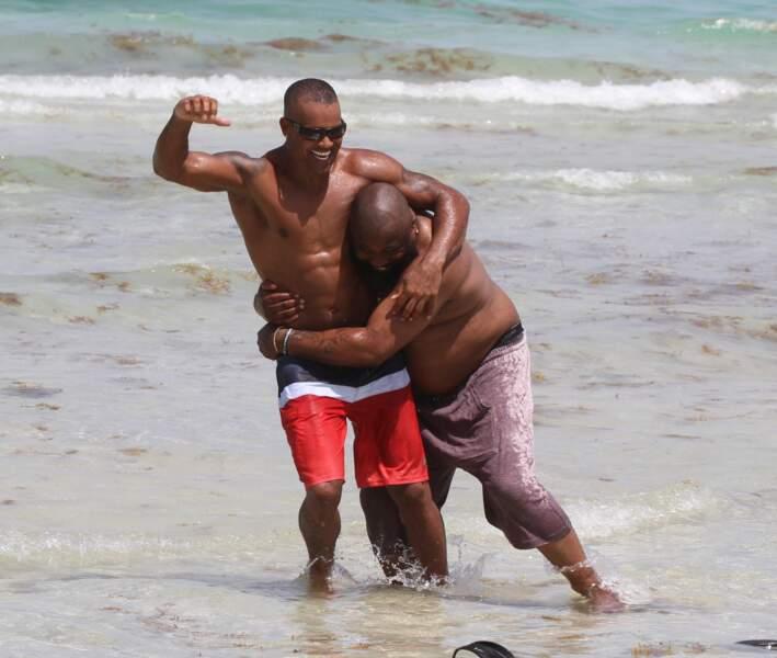 Quelle violence ! Shemar Moore mettait une raclée à son cousin sur la plage de Miami.